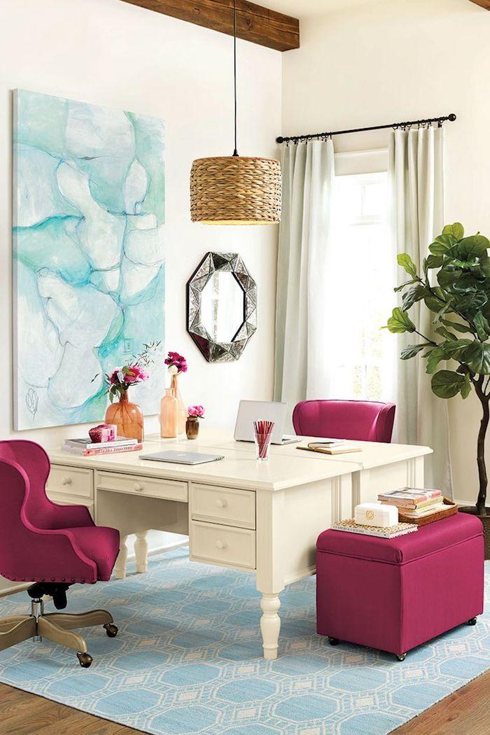 comment décorer son bureau, office aux murs blancs et plafond en bois, meubles fauteuil et tabouret en rose foncé