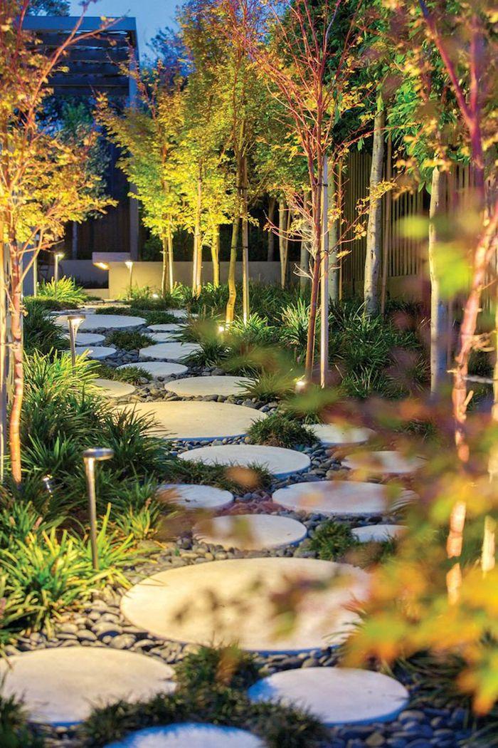 idee jardin, éclairage extérieur avec petites lanternes, sentier de béton en formes rondes et galets