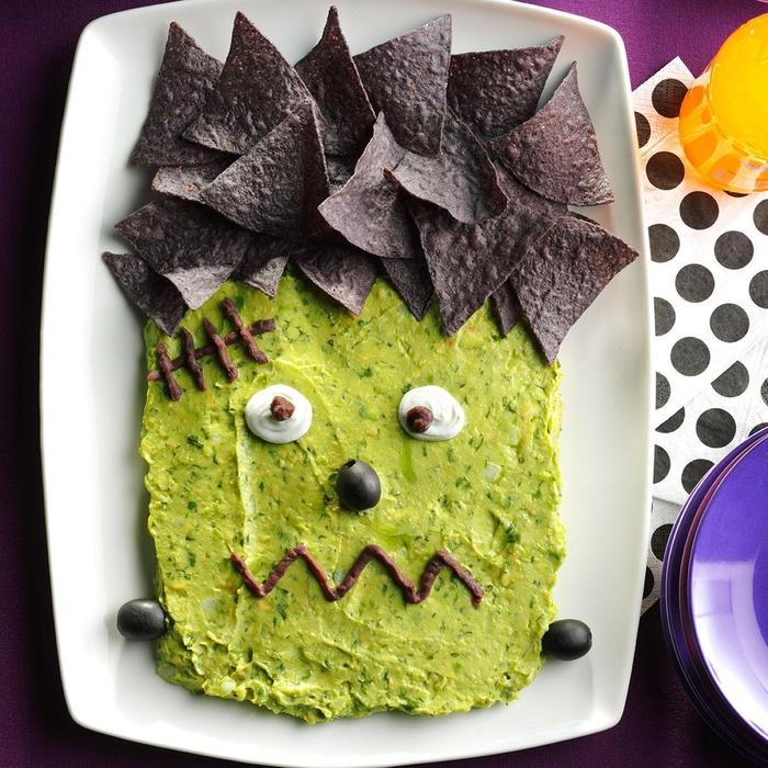 une présentation de plat halloween orinale, guacamole frankenstein avec tortilla chips, idée d'apéro original pour halloween