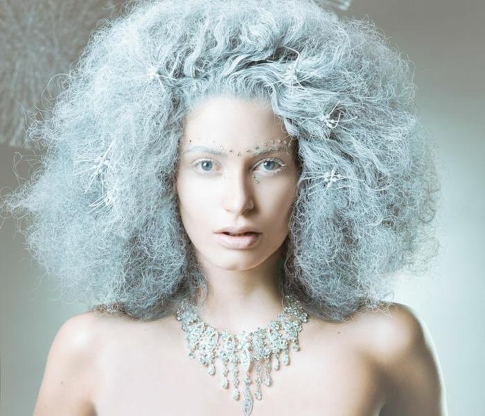 habillage reine des neiges, cheveux bleus frisés, collier subtil, strass pour visage