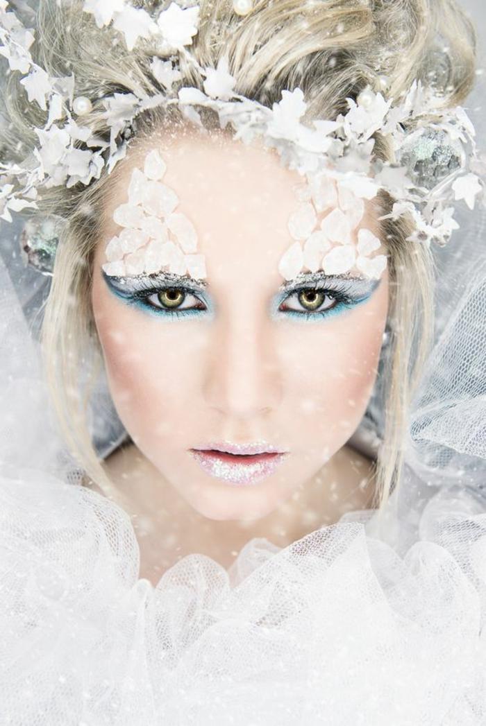 habillage reine des neiges, eyeliner inversé, lèvres mauves, fard à joues rouge, diadème flocons de neige