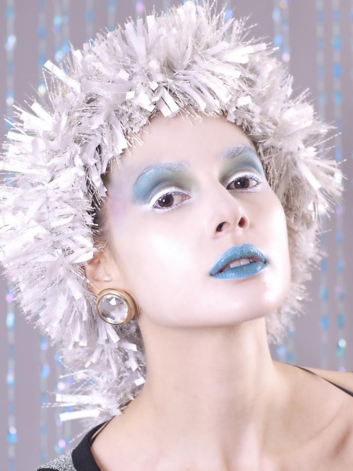 habillage reine des neiges, maquillage en bleu et blanc, perruque festive, visage pâle