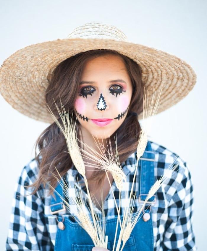 deguisement halloween femme, épouvantail, chemisier noir et blanc, salopette jean, chapeau paille, maquillage traits noirs