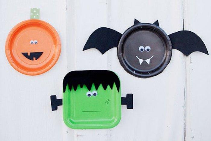 des assiettes en papier transformés en chauve souris, monstres avec feutrine e des yeux mobiles, activité halloween maternelle