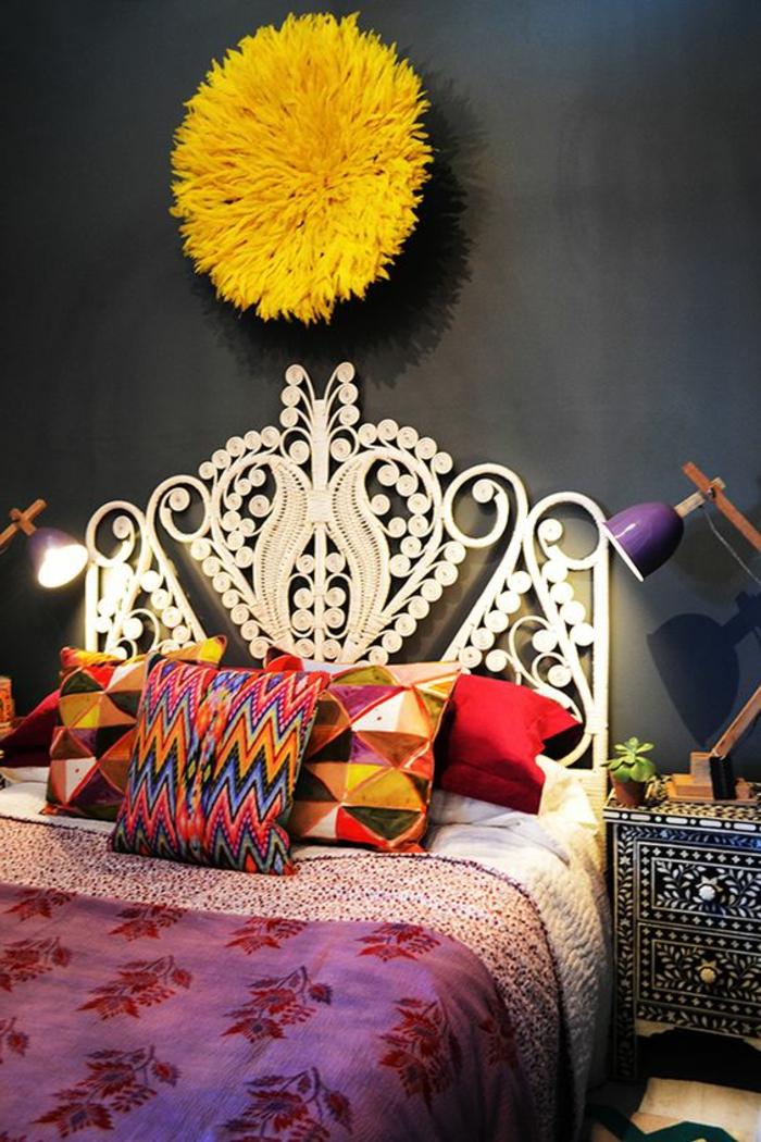 décoration chambre adulte avec grand pompon jaune au dessus du lit tete de lit blanche aux arabesques en forme de fleurs et de plantes