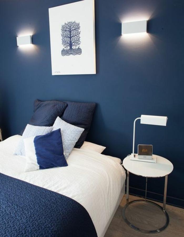 peintura chambre adulte murs en bleu marine avec couverture lit dans la meme couleur et tableau en bleu et blanc