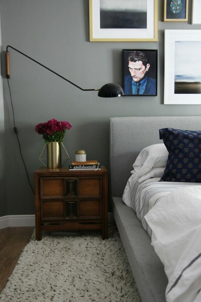 décoration chambre adulte en gris et blanc avec des tableaux petits et grands au dessus du lit