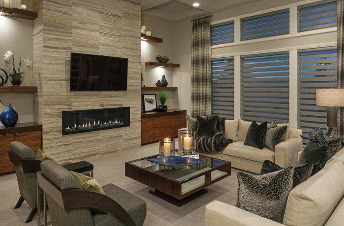 idée deco salon, cheminée murale contemporaine, fauteuils gris, canapés couleur crème, petite table basse