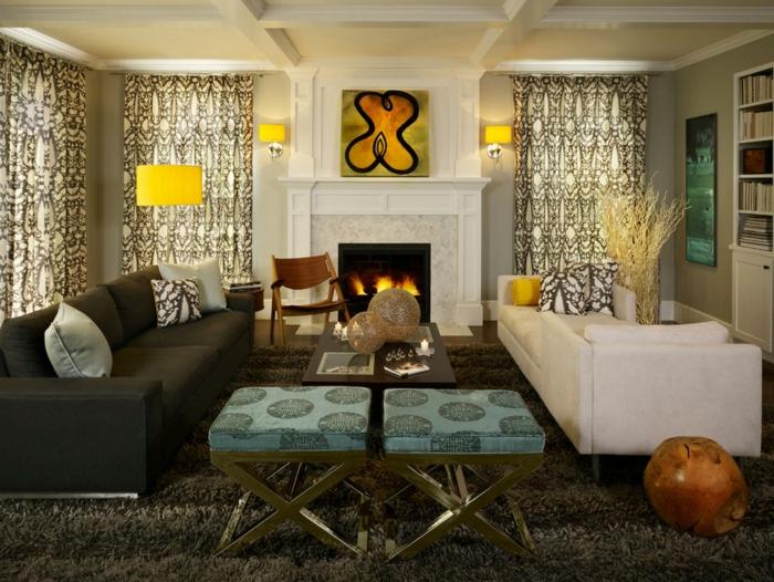 idée déco salon, lampes à abat-jour jaunes, cheminée blanche, rideaux, sofas et table basse