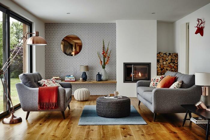 idée déco salon, fauteuils gris, pouf gris, pouf blznc tricoté, miroir rond, papier peint géométrique