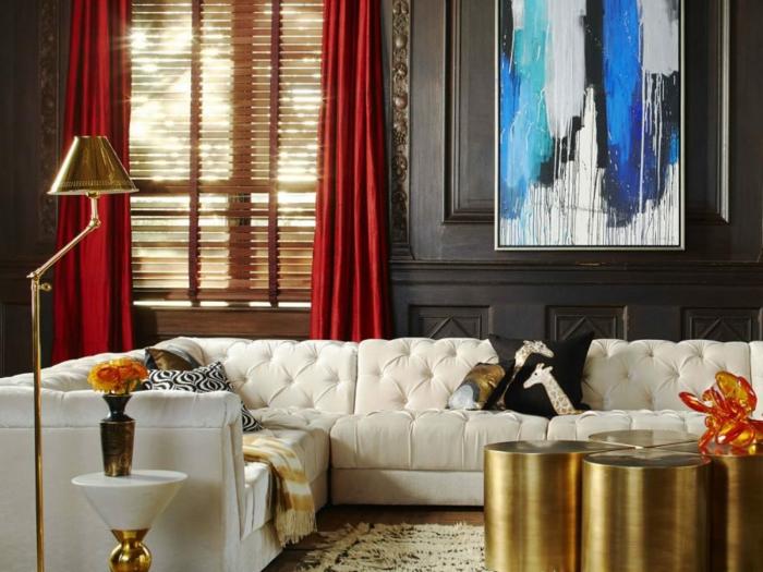 idée déco salon, lampe de sol, sofa capitonné, peinture abstraite, rideaux rouges, coussins déco