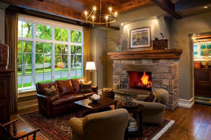 idée déco salon, salon en style traditionnel, plafonnier rustique, cheminée et canapé en cuir