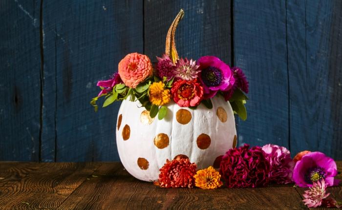 vase de fleurs automnales colorées fabriqué dans une citrouille, repeinte en blanc à pois dorés colorés, idee decoration festive