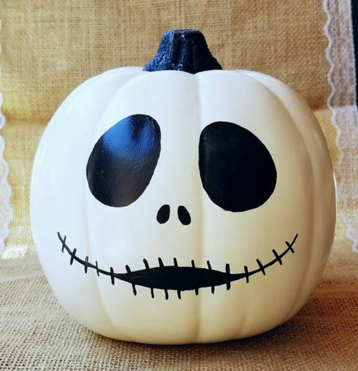 deco halloween a faire soi meme, une citrouille avec visage fantôme, des yeux, bouche et nez noirs