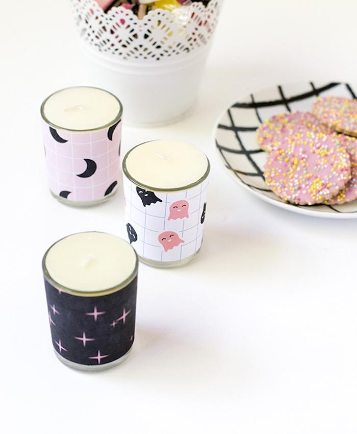 comment faire des bougies customisées, petit pot en verre décoré de papier à motifs halloween, activite manuelle originale