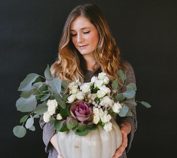 activité halloween, vase de fleurs, dans une citrouille vidée avec un bouquet de fleurs automnales