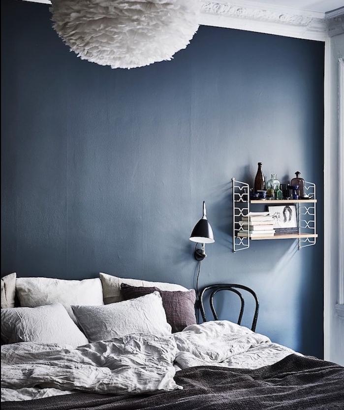 deco chambre adulte en bleu marine comme couleur peinture mur, linge de lit gris, etagere design vintage, suspension blanche