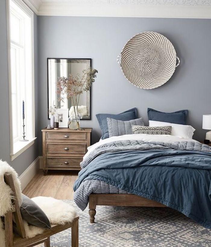 comment décorer sa chambre, mur couleur grise, linge de lit bleu blanc et noir, commode bois vintage, tapis gris et blanc, chaise retro, deco murale orientale