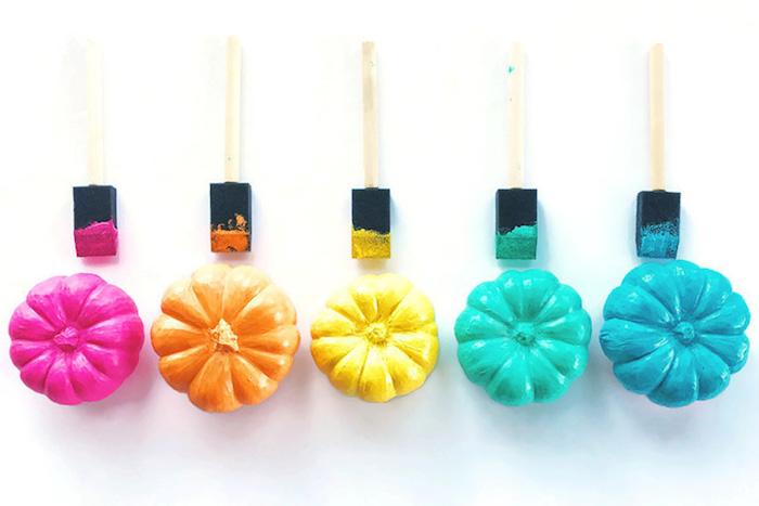 activité halloween, citrouilles miniatures repeintes en couleurs diverses ave cpinceau éponge, decoration originale