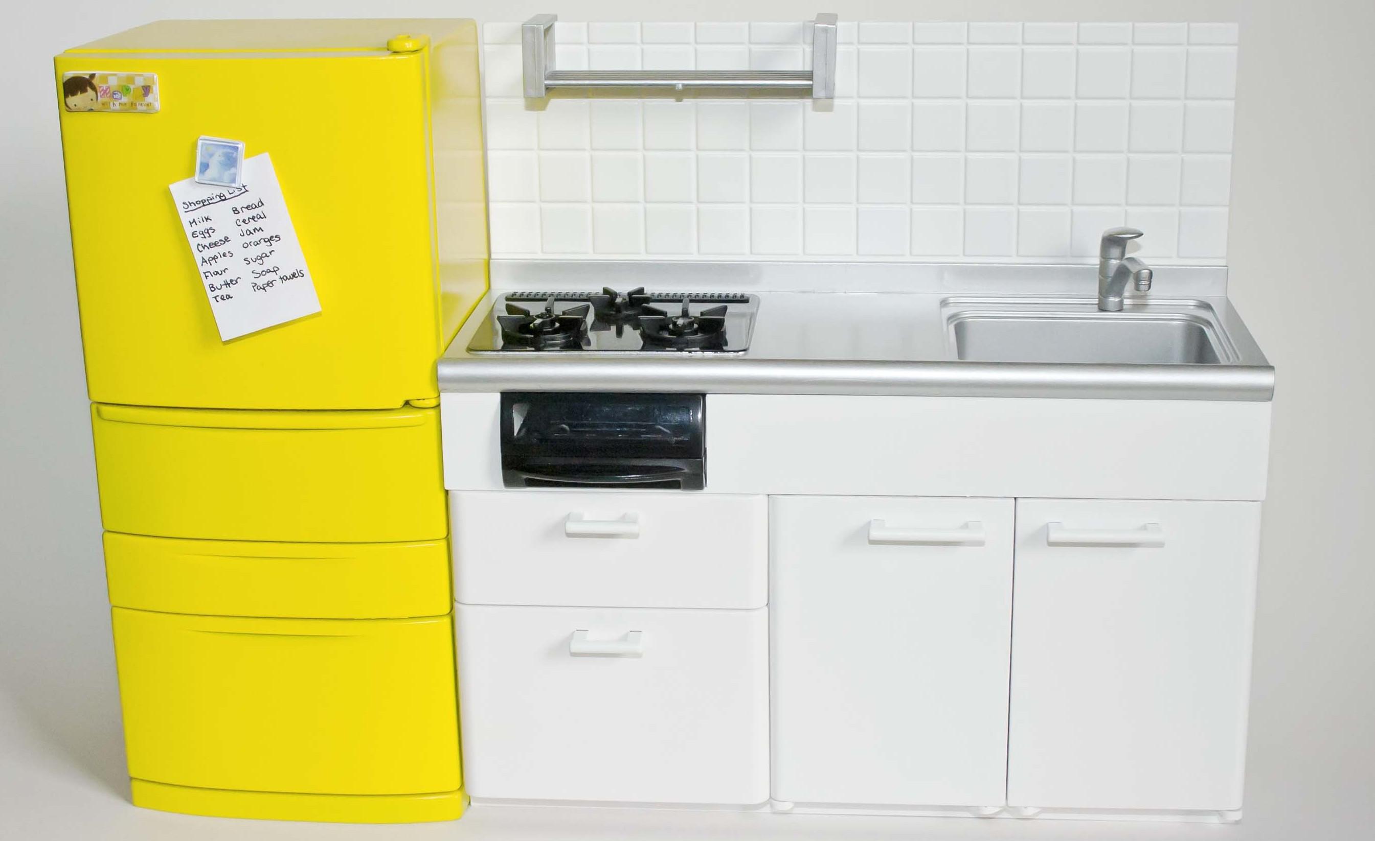 comment repeindre un frigo, electromenager, idée de cuisine blanche épurée avec un accent jaune