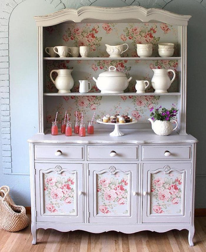 idée de patine meuble, vaisselier blanc patiné avec décoration de papier peint à imprimé floral shabby chic, vaisselle blanche
