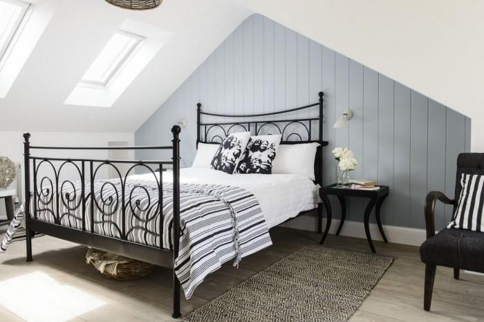 couleur chambre adulte, peinture murale gris et blanc, aprquet gris clair, lit noir metal, amenagement chambre sous pente