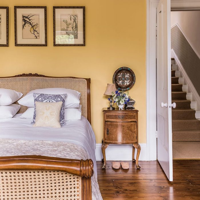 décoration chambre adulte, mur couleur jaune, lit bois vintage, parquet marron style retro campagne chic