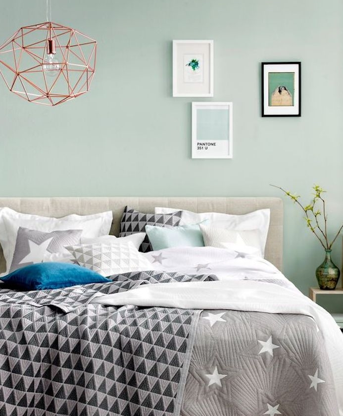 deco chambre parentale couleur vert menthe, suspension design en cuivre, linge de lit noir, blanc et gris, deco murale cadres originaux