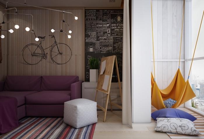 amenagement petite chambre enfant, revêtement de mur en bois clair avec sticker murale noir à design vélo