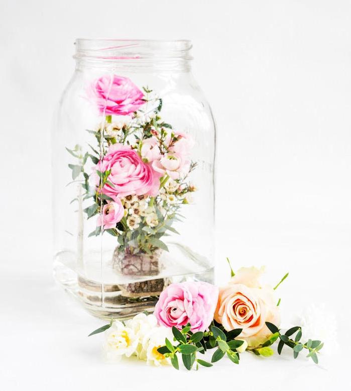 pot en verre avec de l eau et roses dedans, deco mariage a faire soi meme simple, bricolage facile