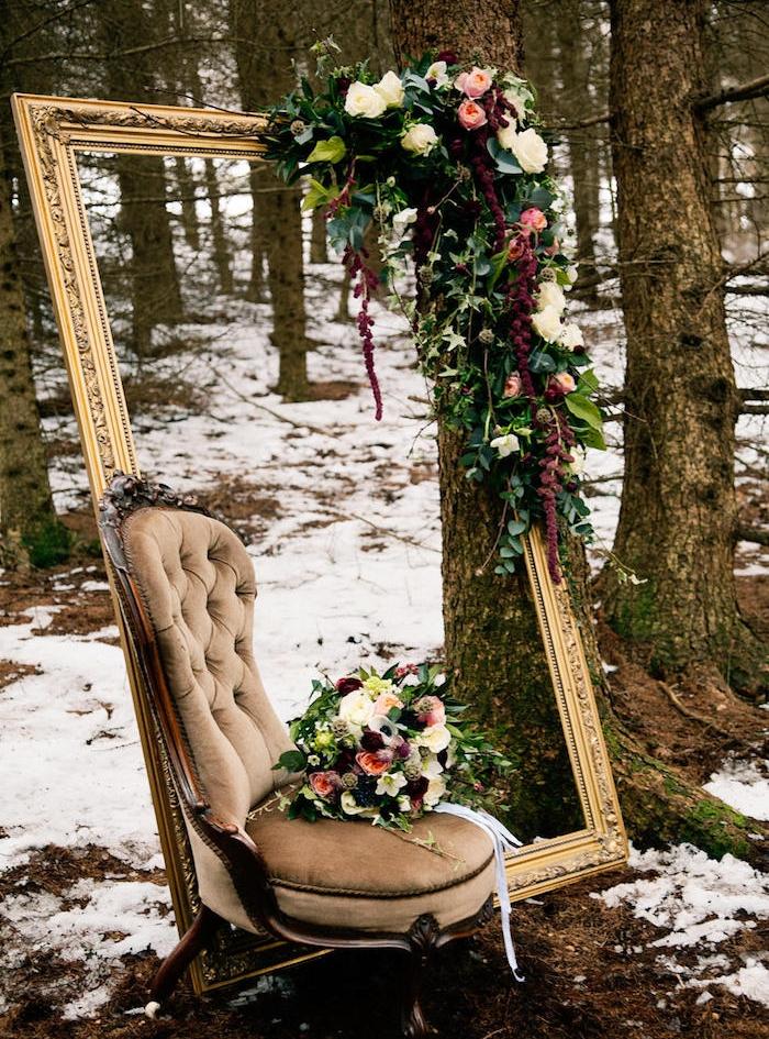 deco mariage vintage, cadre peinture couleur or, chaise vintage, guirlande florale et bouquet de fleurs