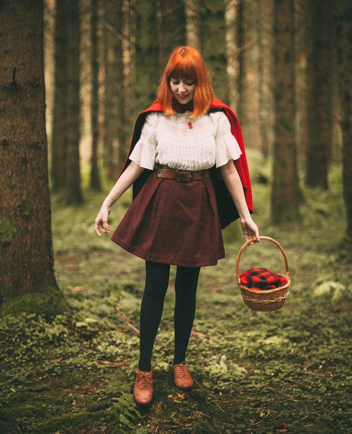 déguisement halloween femme, petite chaperon rouge, cape rouge, jupe marron, chemise blanche, collants noirs, chaussures marron, accessoire panier en rotin