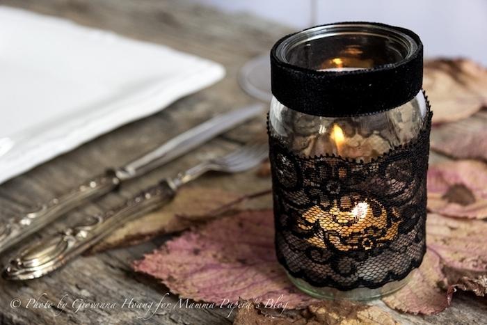 activité manuelle halloween avec un pot en verre, décoré de dentelle noire, deco table de feuilles mortes et couverts vintage