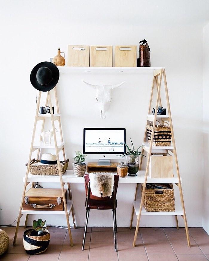 bureau style scandinave fabriqué à aprtir de deux échelles et un plateau blanc qui les réunit, chaise en metal et cuir, accents deco paniers, malles vintage, chapeau melon