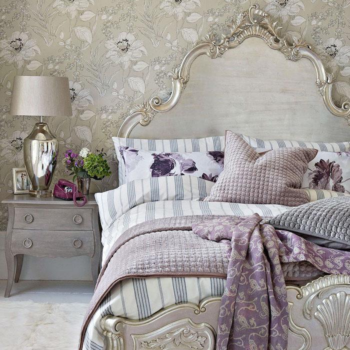 comment amenager une chambre baroque, lit baroque, meuble peint en gris à aspect usé, linge de lit blanc, gris et violet, papier peint blanc et gris à imprimé floral