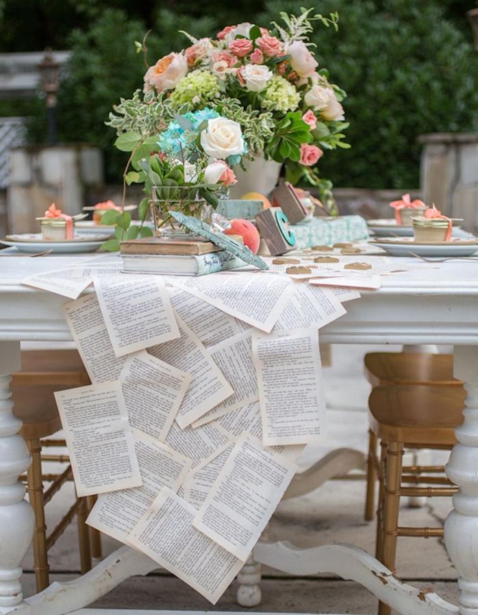 idée de chemin de table en pages de livre, centre de table vase avec des fleurs, ambiance élégante, deco mariage vintage