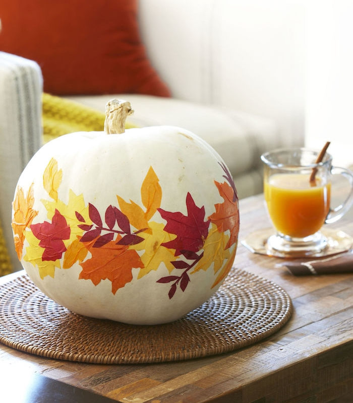 activite halloween avec citrouille décorée de feuilles mortes en papier, bricolage automne facile et élégant, centre de table original