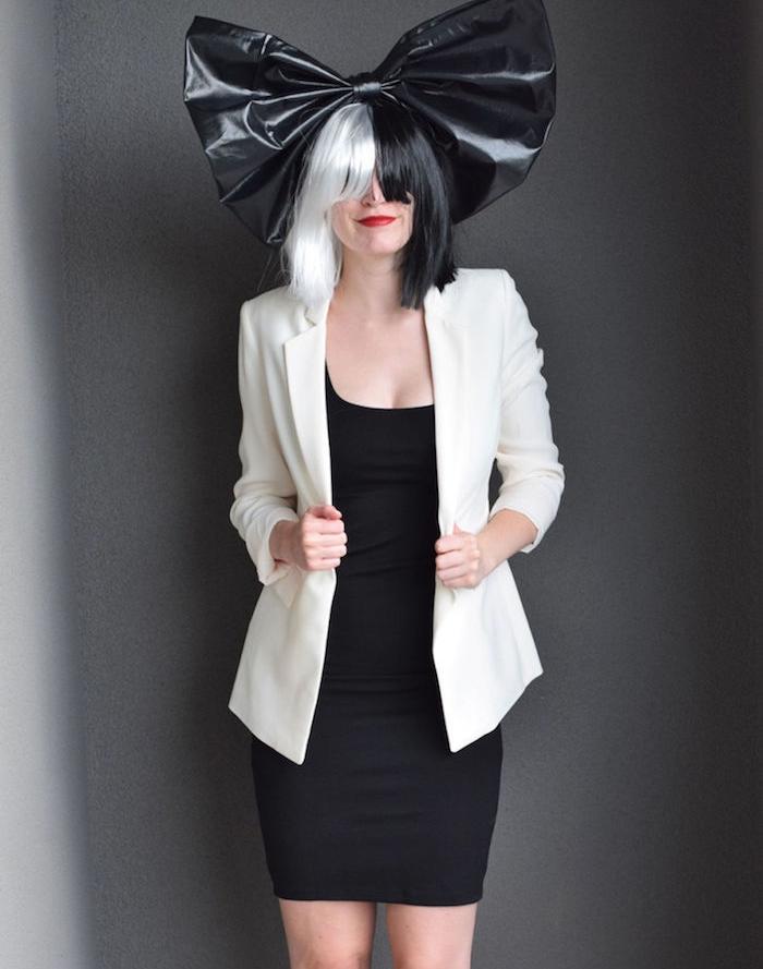 idée de deguisement femme original, la chanteuse sia, robe noire, veste blanche, perruque noir et blanc et grand ruban