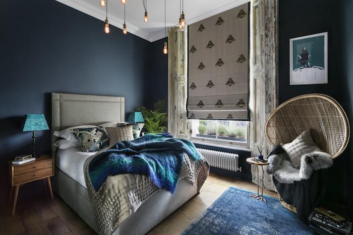 couleur chambre adulte bleu marine, lit gris avec couverture bleu canard, fauteuil design oriental, table de nuit bois