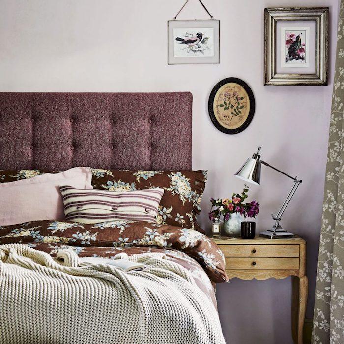 idée déco chambre adulte, peinture murale rose tirant sur le violet, tete de lit capitonnée bordeaux, linge de lit, marron à motifs floraux, couverture gris clair, table de nuit bois vintage, decoration chinoiserie