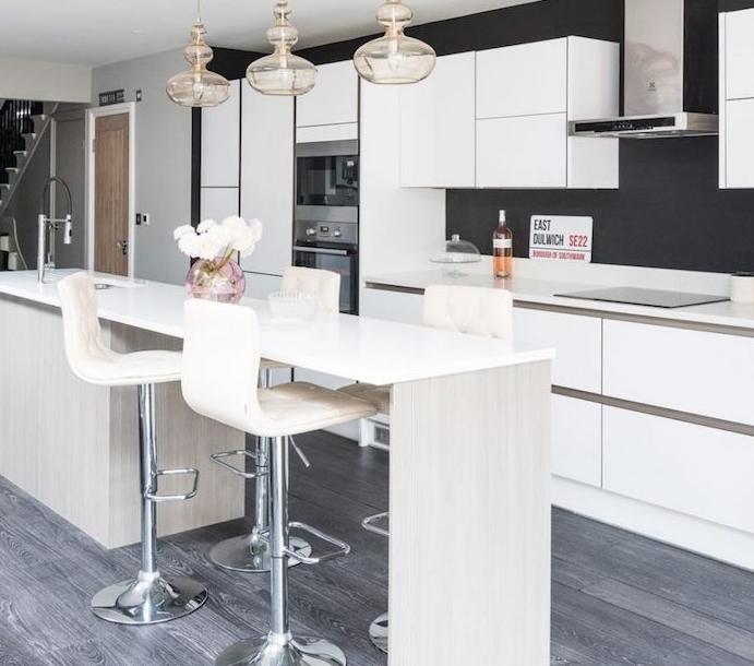 relooking cuisine, repeindre le fond de la cuisine en gris anthracite, meubles cuisine blancs, et ilot central en bois clair