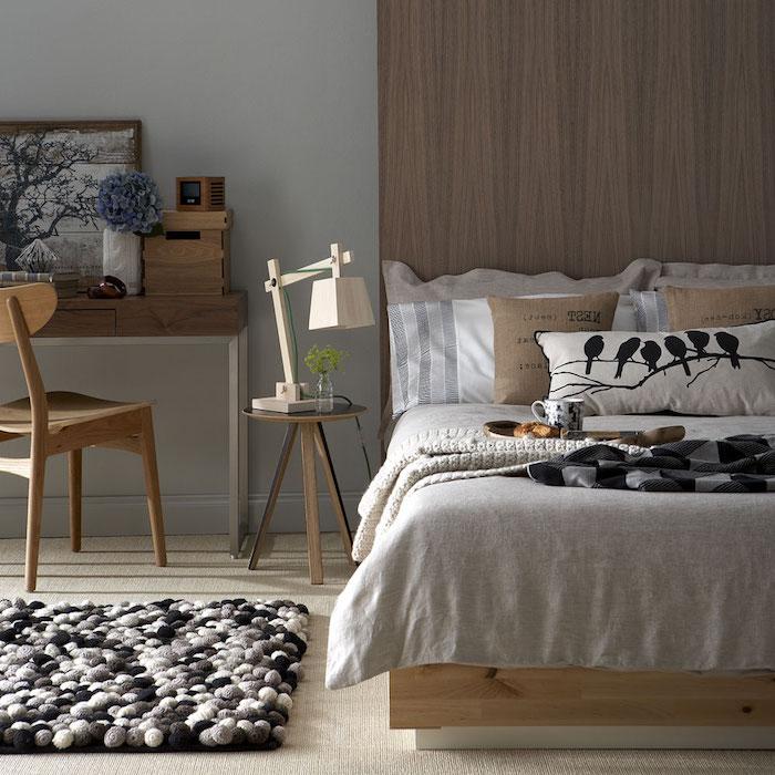 décoration chambre adulte marron et gris, tapis gris et noir, bureau et chaises bois, lit avec linge gris, blanc et beige, déco chambre cocooning