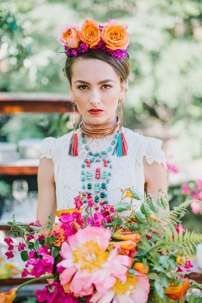 déguisement femme halloween, inspiration frida khalo, robe blanche, couronne de fleurs, boucles d oreilles à pompons et collier coloré