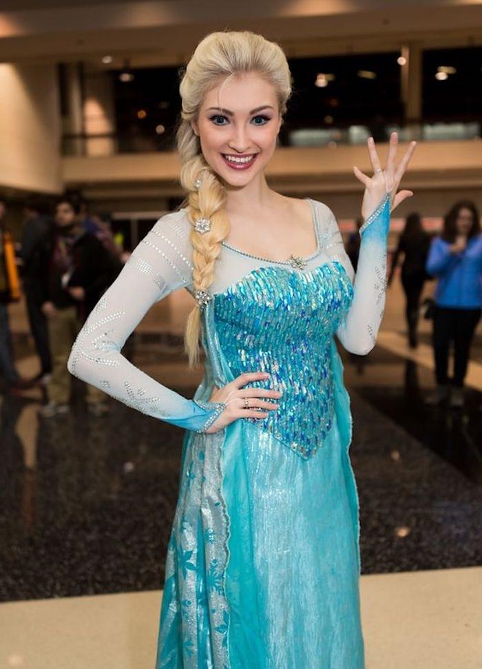 déguisement femme halloween, reine des neiges, robe bleue, tresse sur le coté avec decoration de flacons de neige