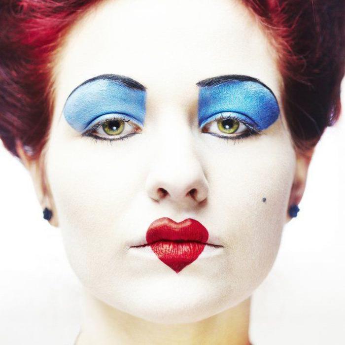 une idée maquillage halloween femme pour se déguiser en reine de coeur