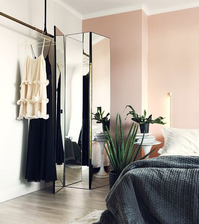 idée déco chambre adulte feminine, murs couleur blanc et rose, linge de lit gris et blanc, parquet gris, paravant miroir
