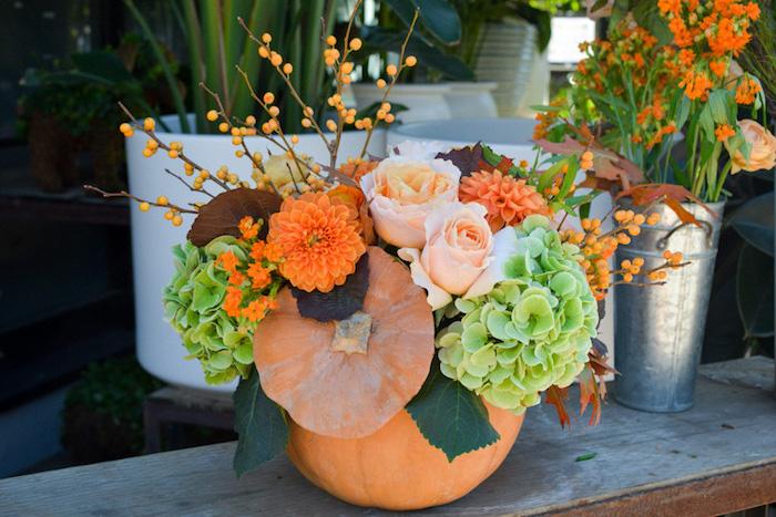 idée déco mariage automne, citrouille creusée avec des fleurs dedans, composition florale intéressante