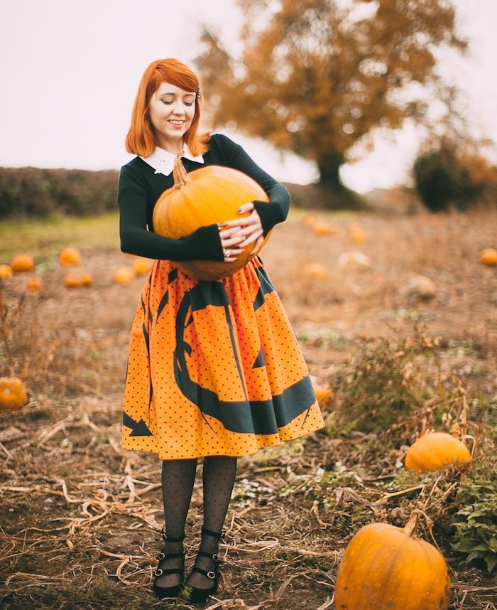 halloween deguisement facile, tenue thématique, jupe orange jack o lantern motif noir, chemisier noir avec col blanc, citrouille énorme