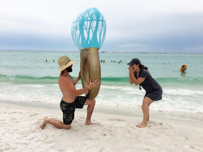 idée de demande en mariage insolite, un ballon en forme de bague, femme et homme sur la plage