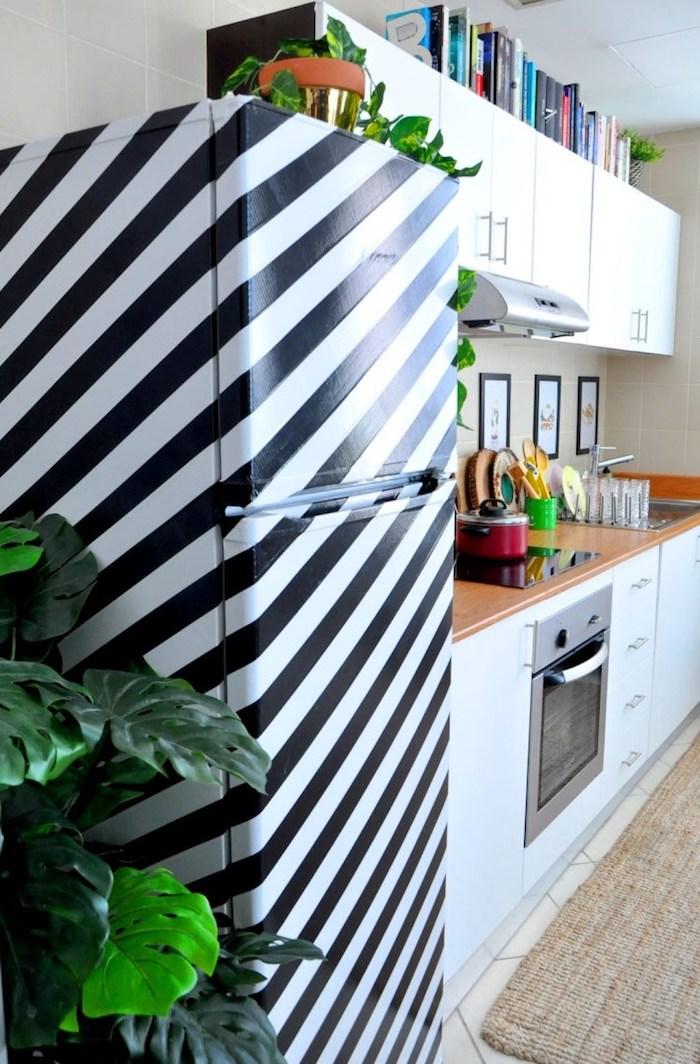 idée de frigo customsié à bandes de washi tape. cuisine blanche avec plan de travail en bois et carrelage beige